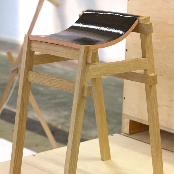 """A kiállításról nem hiányoztak a fából készült bútorok sem, Tsuyoshi Hayashi """"The Kawara Chair"""" névre keresztelt székét például az ipari hulladék sorsra jutott tetőtéri csempék ihlették."""