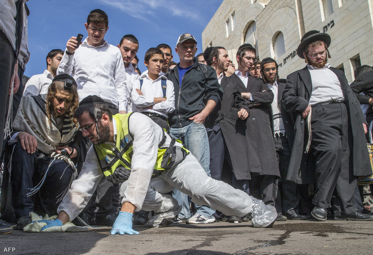 A kövezetet tisztítják a zsinagóga előtt, a keddi támadás helyszínén