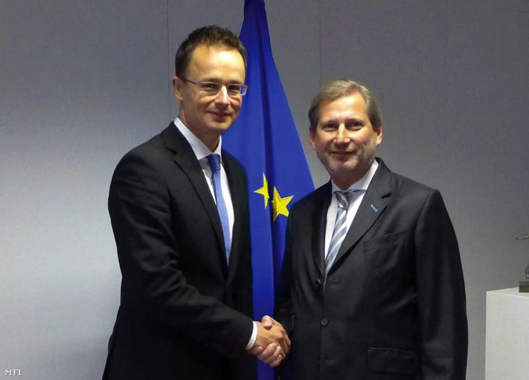 A Külgazdasági és Külügyminisztérium által közreadott képen Szijjártó Péter külgazdasági és külügyminiszter (b) és Johannes Hahn az európai szomszédságpolitika és bővítési tárgyalásokért felelős EU-biztos