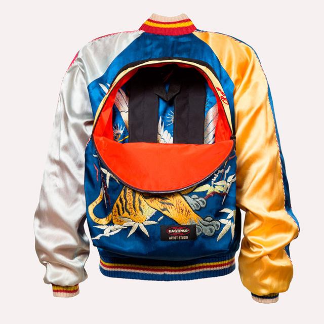 """""""Szerintem az óvszer a legnagyszerűbb ruhadarab, amit valaha feltaláltak. Az üzenetem mindenki számára érthető: Védd meg magad!"""" – mondja az 1976 óta a divatvilág élvonalába tartozó designer."""