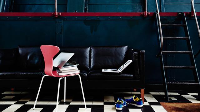 A dán bútor cég, a Howe a skandináv építész és tervező Munkagaard és Tongeu néven futó székeiben látott fantáziát.