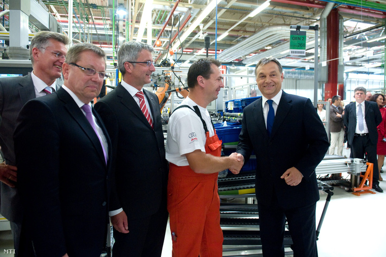 2011. július 7. Orbán Viktor miniszterelnök (j) kezet fog egy munkással amikor gyárlátogatáson vesz részt az Audi gyárban az új gyár alapkőletétele előtt Győrben. Mellette Matolcsy György nemzetgazdasági miniszter (b2) és Rupert Stadler az AUDI AG igazgatótanácsának elnöke (b3).