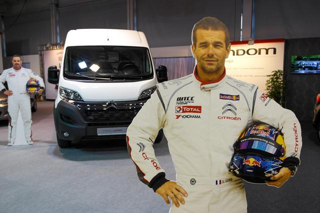Itt van a teljes WTCC-csapat, a háttérben Muller, elöl maga Loeb, csak kicsit kétdimenzósak