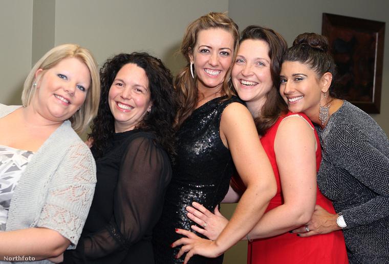 Suzanne MacCrimmon középen, körülötte a négy menyasszony, akinek koszorúslánya volt