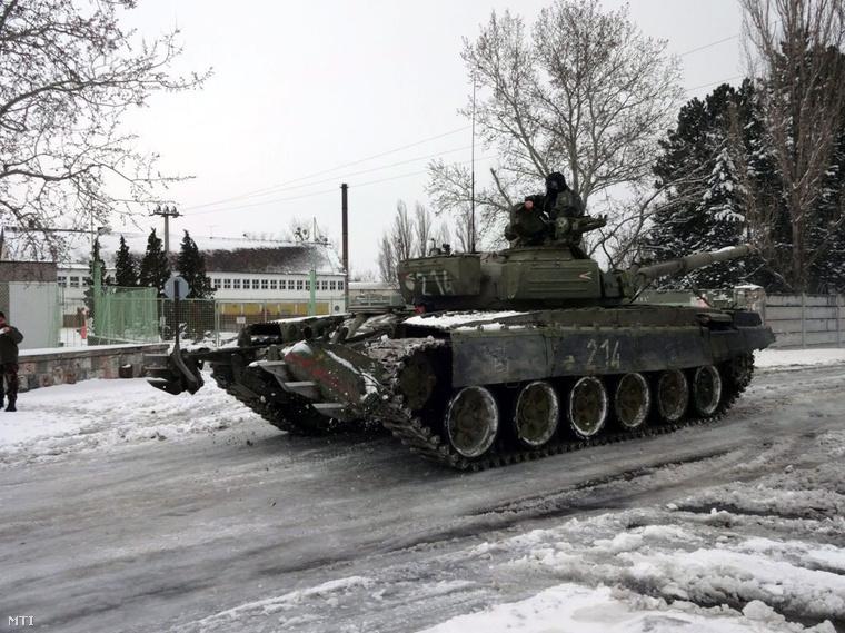 A Honvédelmi Minisztérium (HM) által közreadott képen a télies időjárás okozta rendkívüli helyzetben az MH lánctalpas harci járműve segít az elakadt polgári járművek mentésében Tatán.