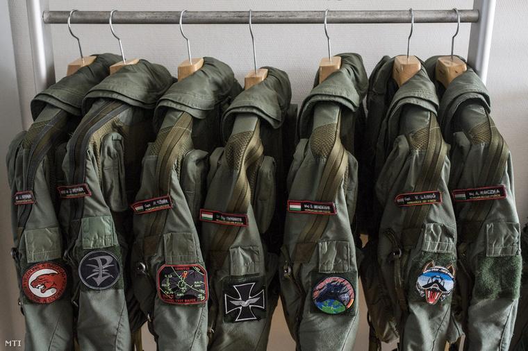 Gripen vadászrepülőgépek pilótáinak dzsekije a MH 59. Szentgyörgyi Dezső Repülőbázison Kecskeméten.