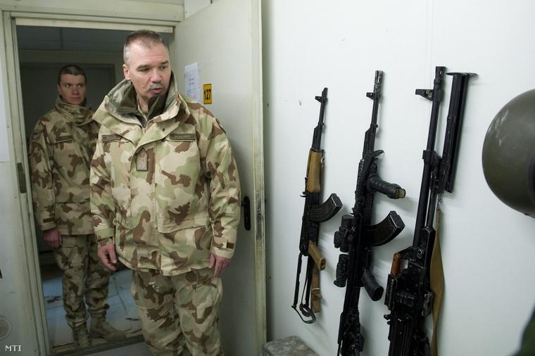 Domján László vezérőrnagy a Magyar Honvédség Összhaderőnemi Parancsnokság (MH ÖHP) parancsnoka magyar katonák fegyvereit nézi a Kabuli Nemzetközi Repülőtéren.