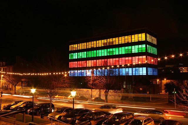 A színes kockára emlékeztető épület Délkelet-Írország egyik legnagyobb városában, Waterfordban található, ami a megye közigazgatási központja is egyben.