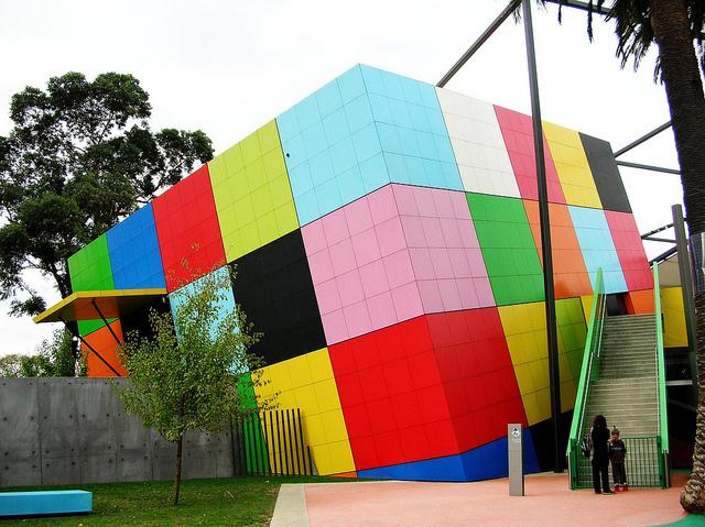 A vidám színeket kapott kortárs épületet Bauldestone Hornibrook alakította ki és kapcsolta Ausztrália egyik legnagyobb múzeumához, aminek első épületét 1854-ben adták át.