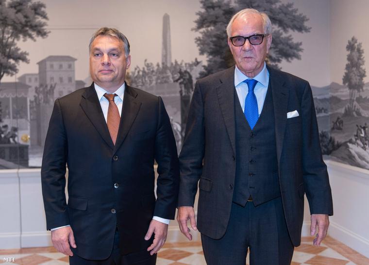 Brun-Hagen Hennerkes a Családi Vállalkozásokért Alapítvány (Stiftung Familienunternehmen) elnöke (j) köszönti Orbán Viktor miniszterelnököt az alapítvány rendezvényén a németországi Baden-Badenben.
