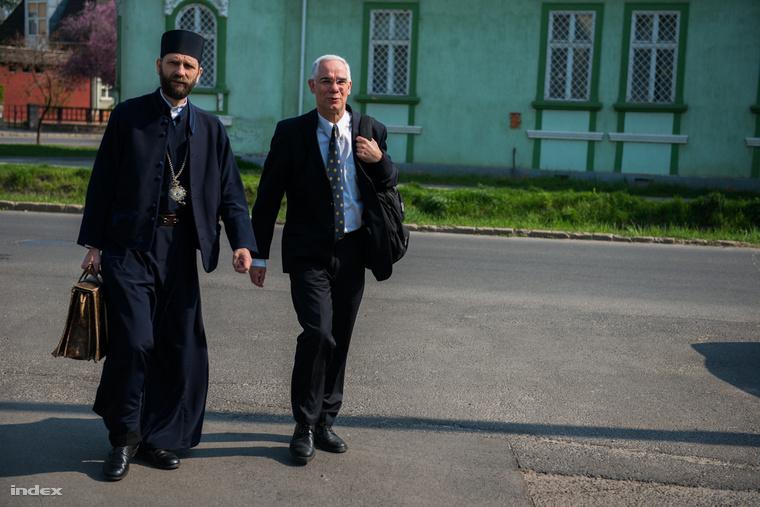 A tanúként beidézett Balog Zoltán emberierőforrás-miniszter és Kocsis Fülöp megyés püspök érkezik a Nyíregyházi Törvényszék épületéhez 2013. április 23-án. A minisztert a helyi görög katolikus iskola bezárását kezdeményező Esélyt a Hátrányos Helyzetű Gyermekeknek Alapítvány, illetve a fenntartó Hajdúdorogi Egyházmegye és az önkormányzat közötti polgári peres eljárás során hallgatták meg.