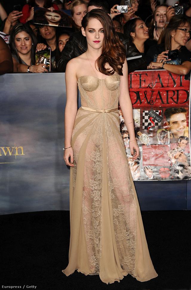 A fiatal színésznők közül egyik nagy kedvencünk a folyton durcás képet vágó Kristen Stewart, aki az Alkonyat: Hajnalhasadás 2. részének a premierjére vett fel egy testszínű Zuhair Murad ruhát 2012-ben Los Angelesben.