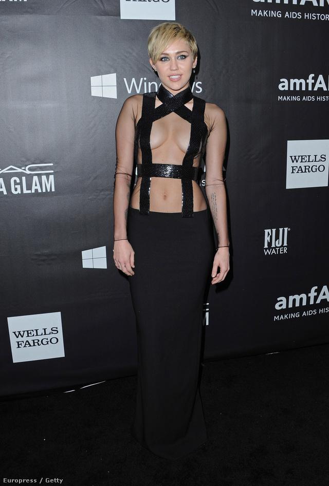 Így tett legutóbb is, az októberi amfAR Inspiration gálán is, ahol még Rihannán is túltett fekete pántokkal megtartott estélyi ruháján, ami alá természetesen nem vett fel melltartót.