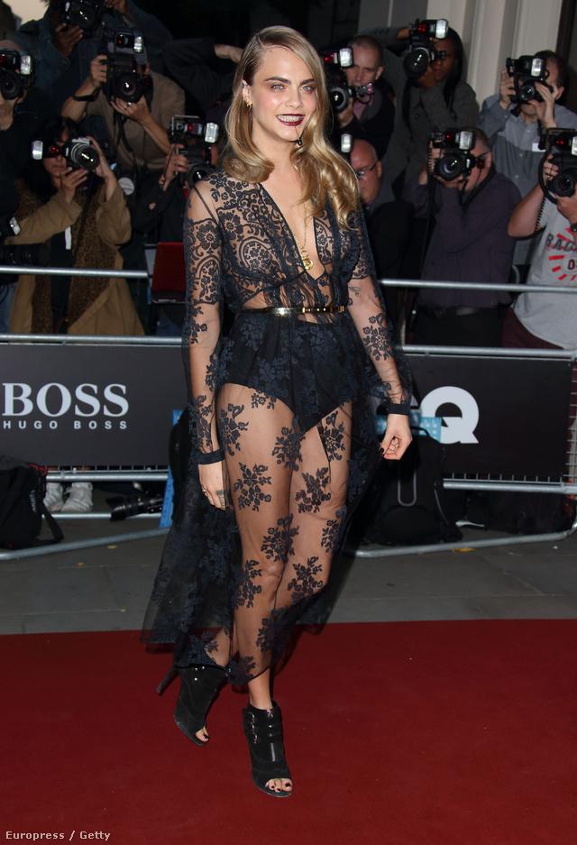 Az 1992-ben született Delevingne legutóbb a GQ Men of the Year díjátadón viselt a kelleténél egyel feltűnőbb ruhát a londoni Royal Opera Houseban. A fekete színű, áttetsző, csipkés Burberry Prorsum ruhát egyébként több híresség is bevetett az elmúlt időszakban.
