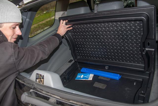 A csomagtér padlója elég magasan van, de kihajtogatható belőle egy tálca, amely alá is pakolhatunk, de megfordítva megakadályozza, hogy ide-oda repkedjenek a kisebb csomagok, menet közben