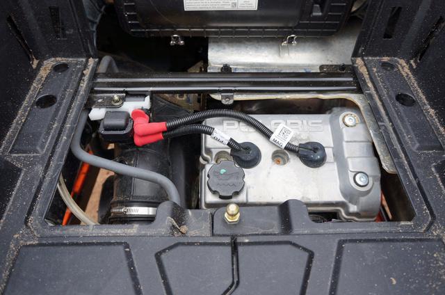 Egész jól hozzáférhető a motor. Olajat 50 üzemóránként kell cserélni.