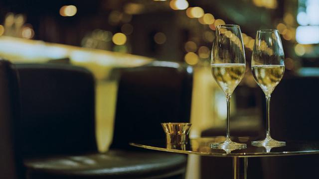 Különösen profin időzítette be innovációját a svéd dizájn stúdió, a Claesson Koivisto Rune, akik az ismert pezsgő szakértővel, Richard Juhlinnal együttműködve dolgoztak a legoptimálisabb formájú és méretű pezsgős poháron.