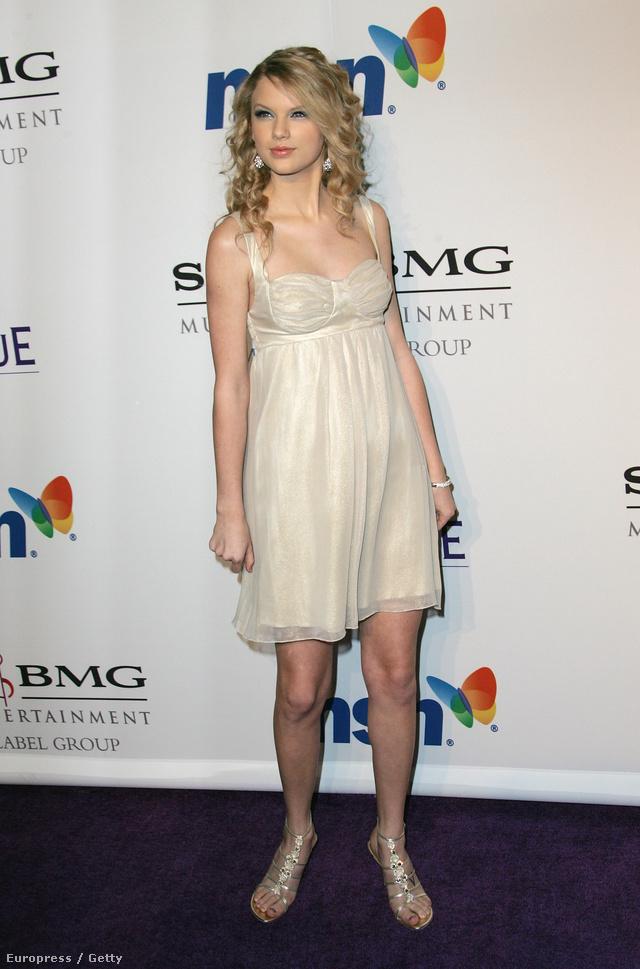 Ez már 2008: Taylor Swift jónak látta, ha hálóingben megy a pre-Grammy bulira Los Angelesben.