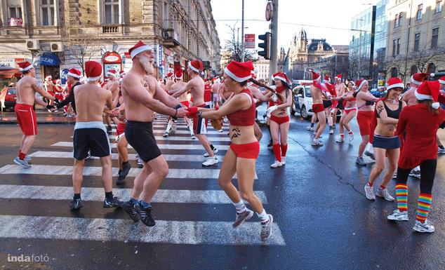A versenykiírás szerint kizárólag a Budapesti Sportiroda által adott Mikulás öltözékben lehet futni, így ilyen utcaképre valószínűleg ezúttal nem számíthatunk