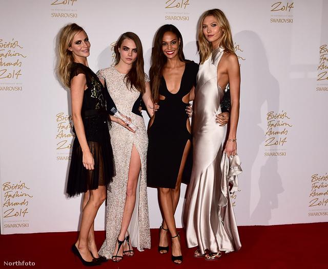 Modellek együtt: Cara Delevinge, balról a második, az év modellje. Balra tőle testvére, Poppy Delevinge, jobbra Karlie Kloss és Joan Smalls.