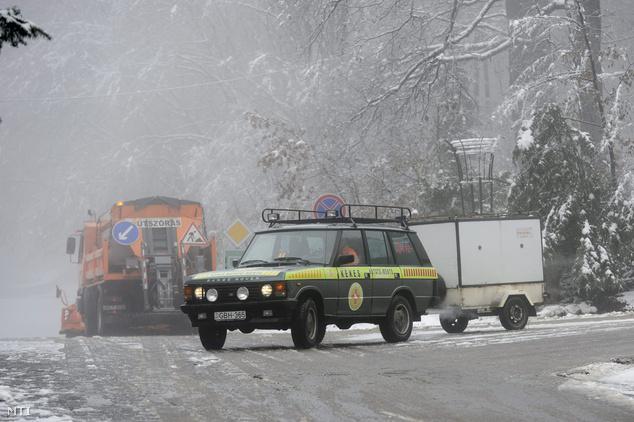 Mátraháza 2014. december 2. A Kékes Kutató és Mentőszolgálat járműve halad a 24. számú út lezárt szakaszán.