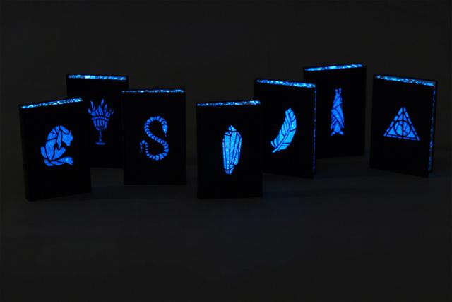 """""""Az első ránézésre teljesen szimpla kötetek előzékét és éleit foszforeszkáló festékkel vontam be, így ha lekapcsoljuk a villanyt olvasás után, világítani kezdenek a sötétben."""""""