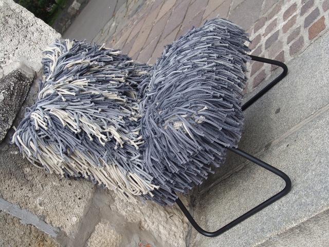 A párnákat ugyanis egyedi ryijy csomózással illetve szumák technikával, kézzel szőtték, ami nem véletlen, hiszen a skandináv országokra jellemző csomózással eredetileg az állati bundát imitálták a készítők.