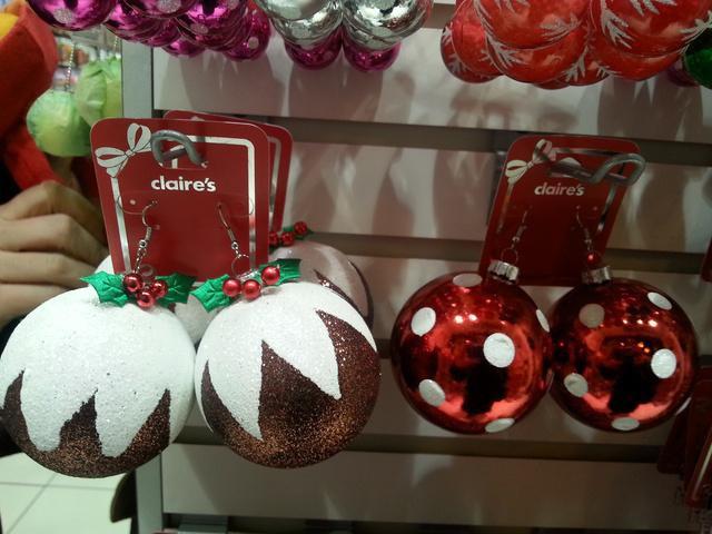 A bizsubolt többféle karácsonyfadísszel készült az ünnepekre. Ne a fára, a fülébe akassza!