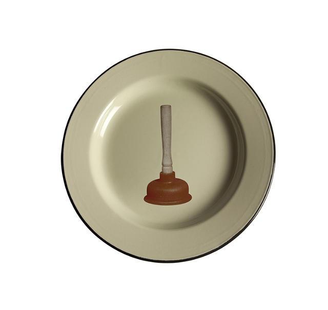 Az elborult ötletet a provokatív művésznek, a Toiletpaper egyik fotósának Maurizio Cattelannak köszönhetjük, a konyhai termékekben és lakáskiegészítőkben utazó Selettivel közösen dobta piacra furcsa gyűjteményét.