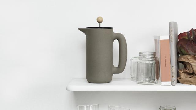 A formát ezúttal a Muuto dán tervezője, Mette Duedahl értelmezte újra aki a skandináv dizájn elemeit használta fel a föld tónusú kőagyagból készült kávéfőzőjéhez. A mutatós termékért 99 eurót (30.290 forint) kérnek az üzletekben.