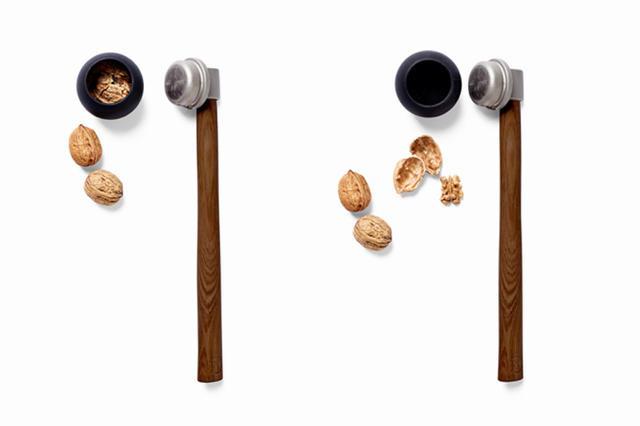 """Roger Arquer termékét az ősz elején már bemutattuk. Az 1975-ben született tervező """"Nut Hammer"""" néven futó kalapácsnyelű terméke akkor még nem volt kapható a piacon, azonban a Maison&Objet rendezvényen bemutatott darab azóta forgalomba került és 40 dollárt (9960 forint) kell érte fizetni az online boltokban."""