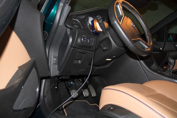 Az Opelnél csak fel kell dugni a műszert a diagnosztikai csatlakozóra, és indulhat a mérés