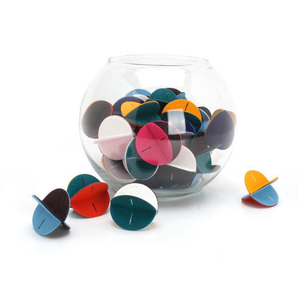 A Hauspanther online boltjából egy három darabos színes szett az egyik legolcsóbb termék, 6 dollárért (1485 forint) már üldözhetik a márka filc figuráit a házikedvenceink.