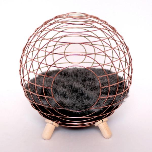 Az etsy.com hivatalosan is egy aranybánya a macskáknak. Ott bukkantunk rá többek között egy szőrmével kitömött gömb formájú pihenőre, amiért 145 dollárt (35.881 forint) kér az oldalon áruló LordPawPets.