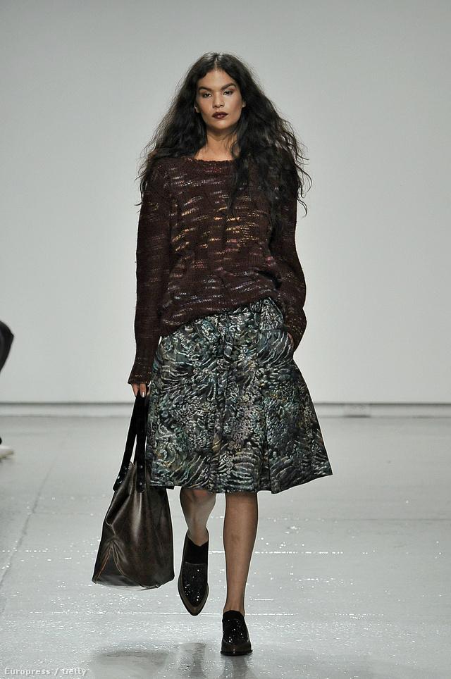 """A Kanadában élő modellt a Wilhelmine Modellügynökség szerződtette le 2013-ban, az idei divathéten pedig egyike volt annak a maroknyi """"más kategóriába"""" sorolt modellnek, aki végigvonulthatott a New York-i divathét kifutóin, mint például a Tracy Reese shown."""