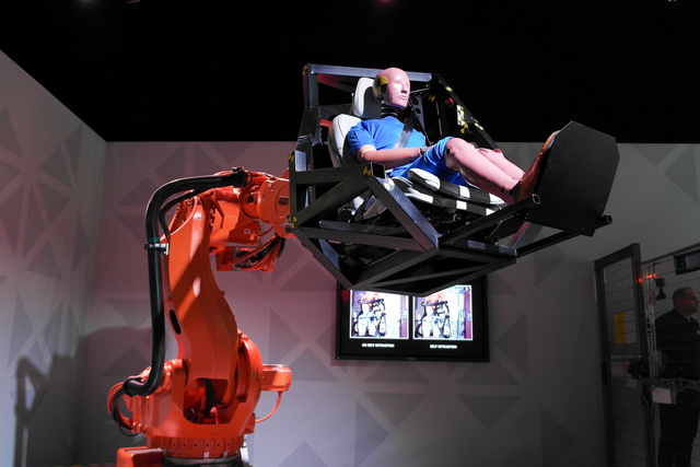 Íme a robotkar. Állítólag mindent le tud modellezni, ami az útelhagyási teszten a dummyval történt