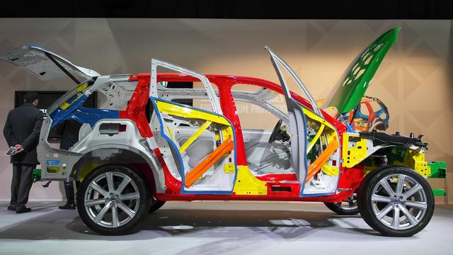 Az autó súlyának 40 százalékát adja a rendkívül nagy szilárdságú bóracél