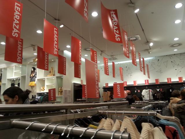 Így néz ki a H&M. December 10-én. A legnagyobb vásárlási rohamok előtt.