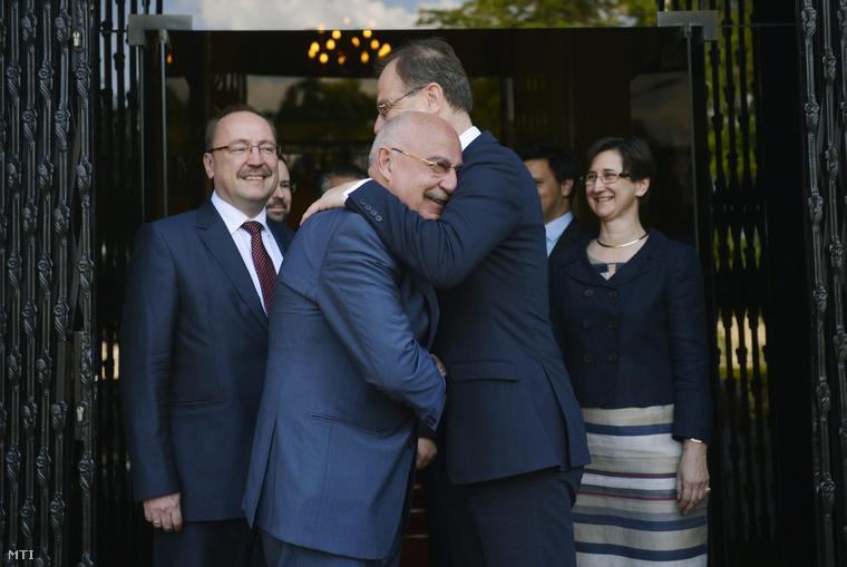A tárcát átvevő Navracsics Tibor külgazdasági és külügyminiszter búcsúztatja Martonyi János leköszönő külügyminisztert az átadás-átvétel alkalmából tartott sajtótájékoztatójuk után az új Külgazdasági és Külügyminisztérium épülete előtt 2014. június 6-án. Balról Németh Zsolt külügyi államtitkár.