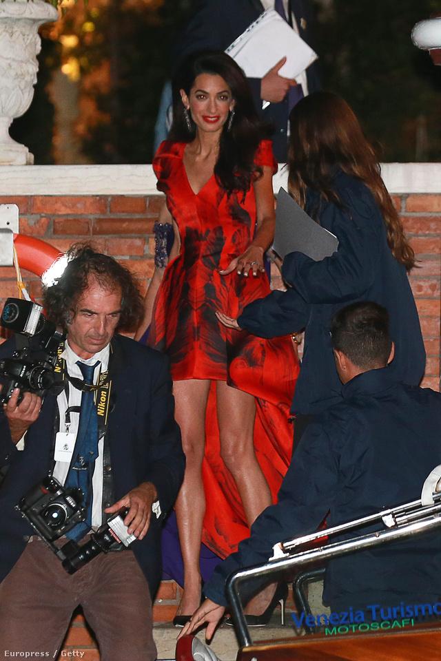 A hosszúhétvégébe belefért egy kirívóbb Alexander McQueen ruha is.