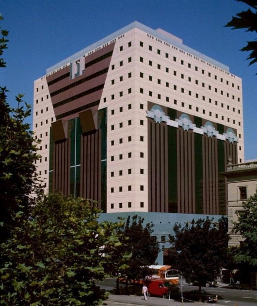 Az Oregonban található épületet az első posztmodern irodaházként tartják számon.
