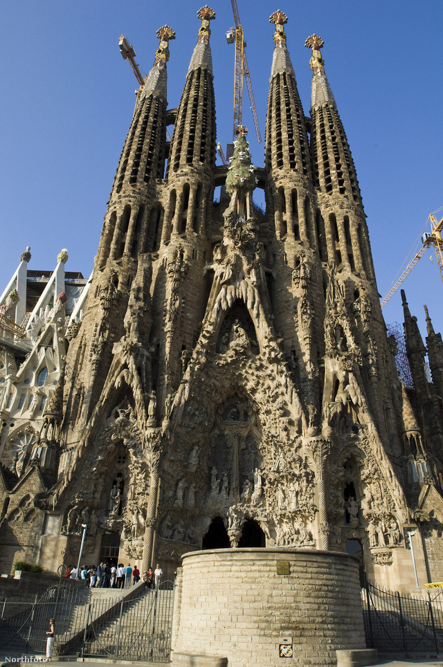 Valóban mi sem rajongunk a még most is épülő barcelonai Római katolikus bazilikáért, ami az organikus építészet mintapéldánya is egyben. Szokták még a szeceszióhoz  valamint a kubizmushoz is sorolni az összetett épületet, amit 2010. novemberében XVI.Benedek pápa a bazilika rangjára emelt és megszentelt.