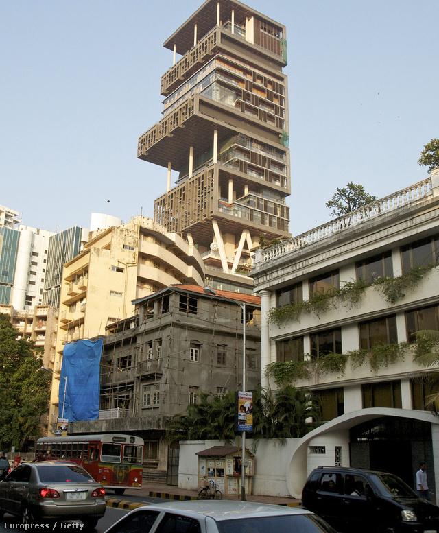 A lakóépületet a Mumbai központjában található Golibar nevű nyomornegyed szomszédságába húzta fel a Reliance Industries Limited elnöke, Mukesh Ambani, aki a világ ötödik leggazdagabb embere is egyben.
