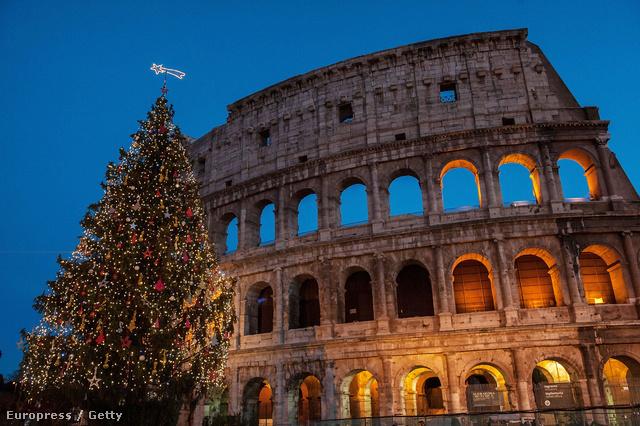 Rómában a Colosseum előtt ilyen karácsonyfa várja a turistákat.