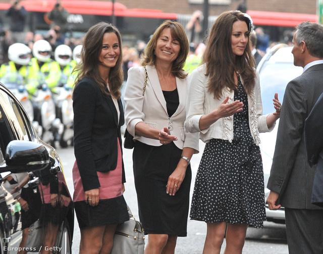 2011-ben, közvetlenül a királyi esküvő előtt így nézett ki a Midletton família női osztaga, Pippa, Carole és Kate.