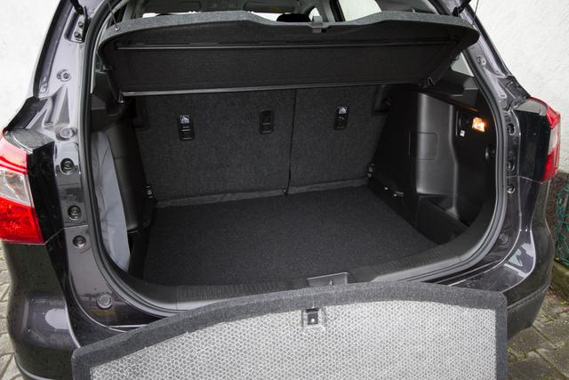 A padlólap kivehető vagy lejjebb rakható, így már kifejezetten nagy