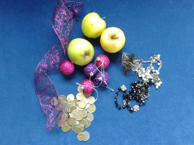 Hozzávalók 1:                         - gyümölcs                         - bizsu                         - díszek                         - apró