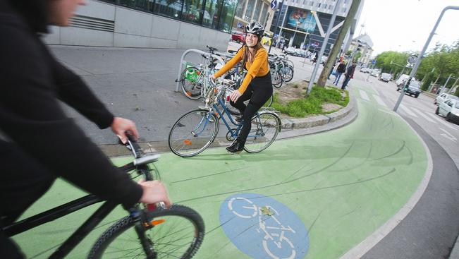 Zöldre festett bicikliút Bécsben