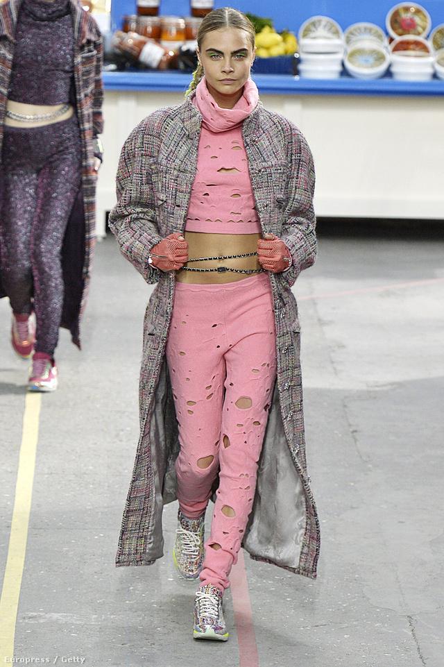Karl Lagerfeld idén is formában volt a tervezésnél, gyűjteményével nem kímélte sem a cicanadrágban utcára merészkedő nőket, sem a fogyasztói társadalmat.
