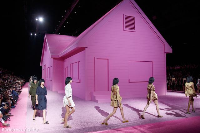 Egy óriási rózsaszín ház körül lépkedtek a sminktelen modellek.